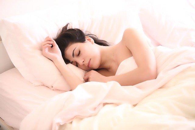 femme qui dort lit